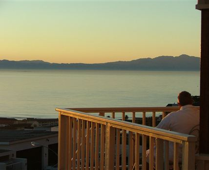 Tranquility Guest House is situated just 30 minutes south of Cape Town and nestles between two mountains and two oceans along the False Bay coast. 