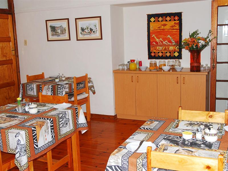Hunter 39 s loge in perridgevale for Dining room tables port elizabeth