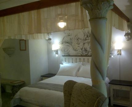 The White Suite has seperat toilet with Shower. All suites are Airconded. TV ,DVD, Fridge.