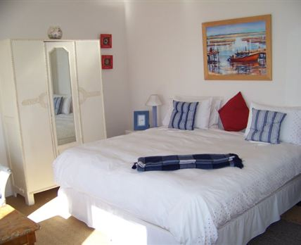 The bedroom can be set up with either a king-size bed or two single beds.