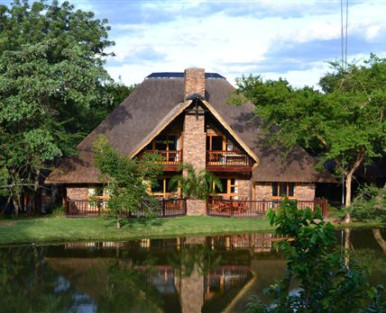Privately located next to a dam © Golf Safari SA